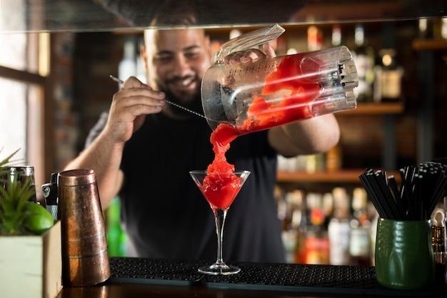 Close-up no barman criando uma bebida deliciosa