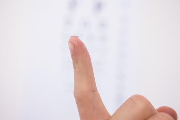 Close-up no dedo segurando a lente de contato
