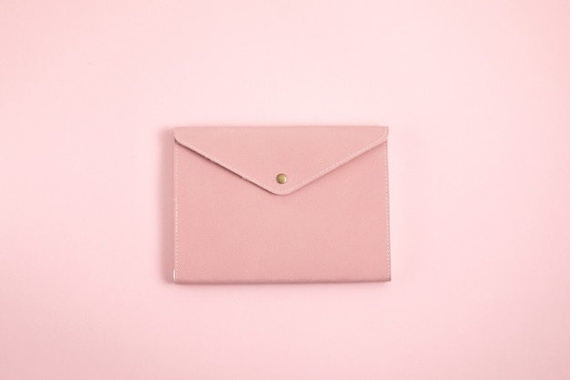 Close-up no design minimalista do caderno rosa