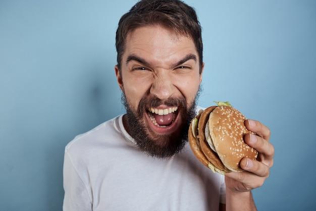 Close-up no homem com um cheeseburger