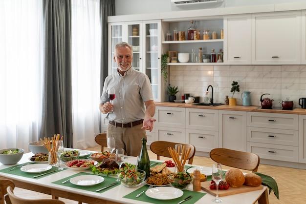 Close-up no homem maduro preparando o jantar para a família