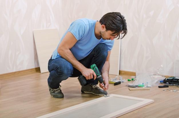 Close-up no homem montando móveis novos
