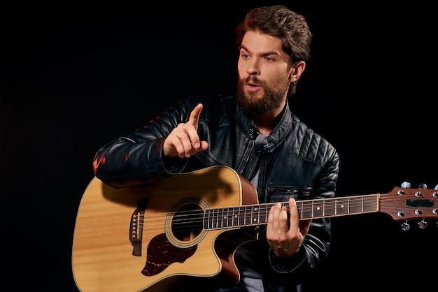 Close-up no homem tocando violão isolado