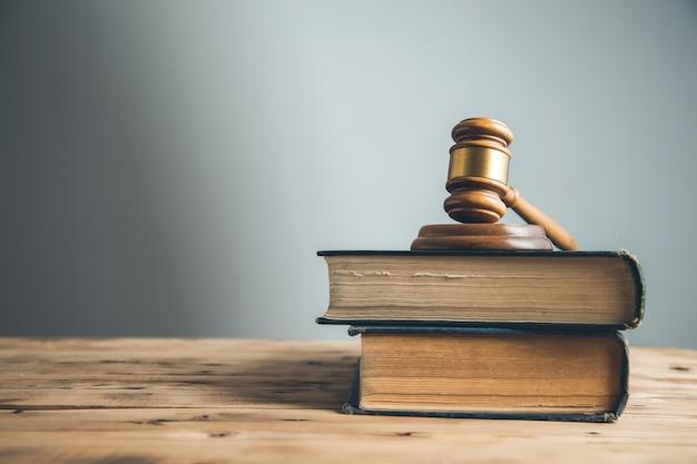 Close-up no juiz de madeira no livro sobre a mesa