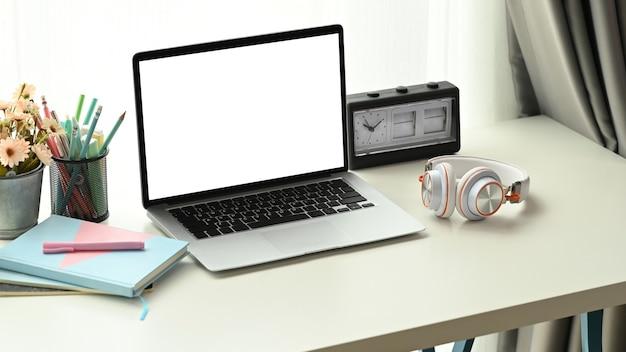 Close-up no laptop na mesa branca
