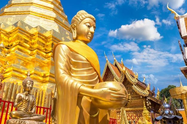Close-up no pagode dourado com a estátua de buda