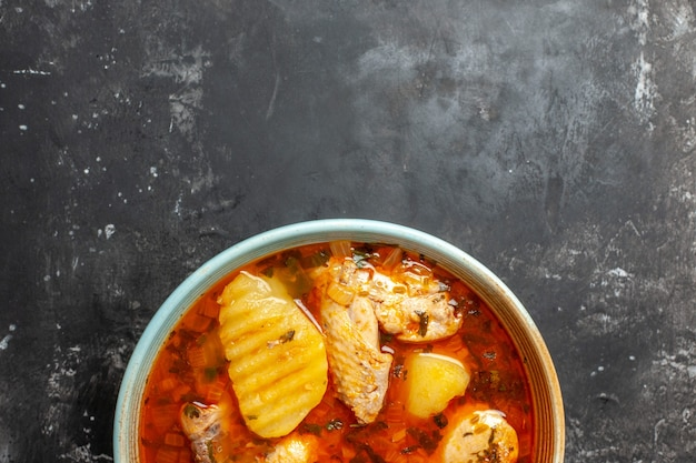 Close-up no prato com canja de galinha em fundo preto