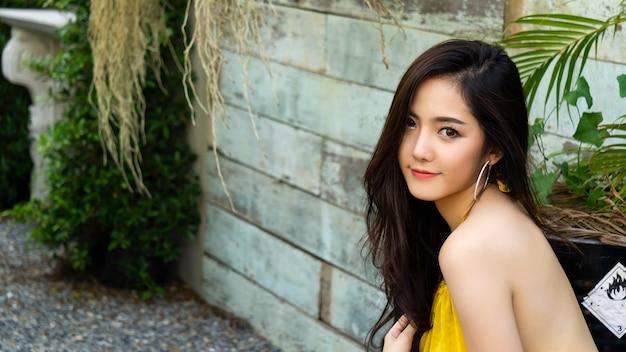 Close-up no retrato de linda mulher asiática com espaço de cópia