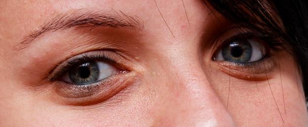 Close-up no rosto de uma mulher branca com olhos claros