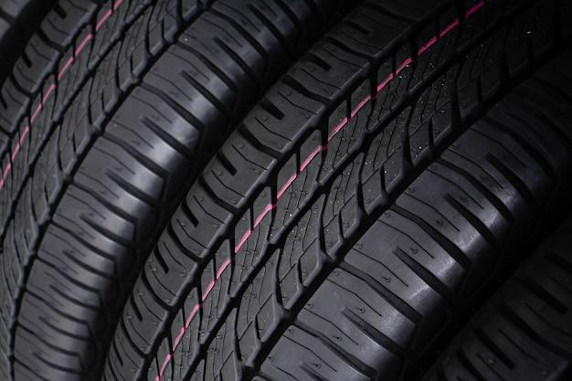 Close-up nova pele de pneu de carro. a. conceito de carro de condução. conceito de condução segura.