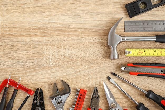 Close-up novo de ferramentas de trabalho sortidas em madeira com espaço de cópia para texto