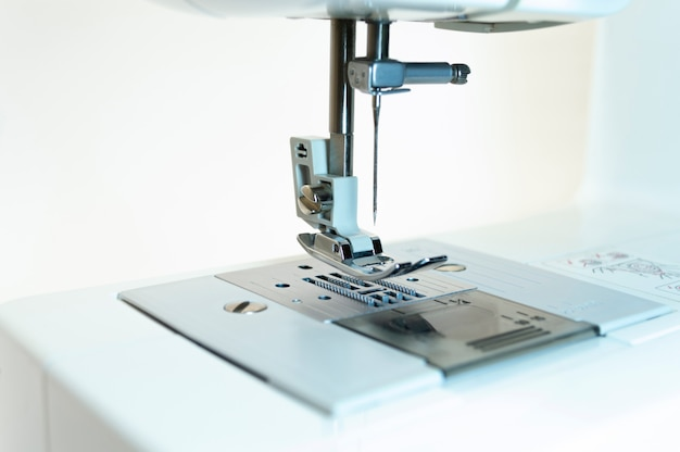 Close-up: o mecanismo da máquina de costura. fundo branco.
