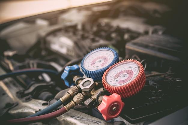 Close-up, o medidor do manifold é ferramenta de medição de equipamento para encher condicionadores de ar de automóveis