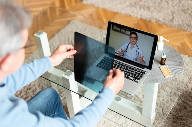 Close-up paciente conversando com médico online
