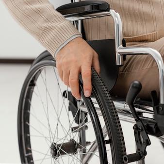 Close up paciente em cadeira de rodas