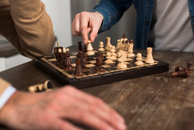 Close-up pai e filho jogando xadrez