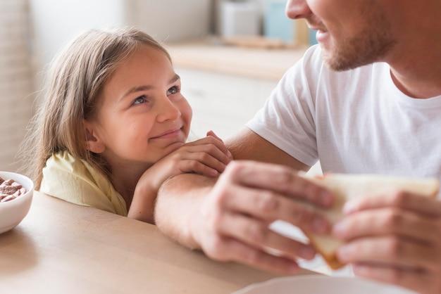 Close-up pai e filho na cozinha juntos