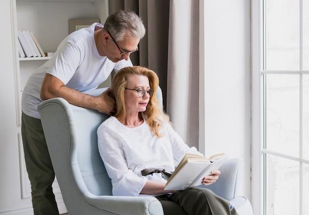 Close-up, par ancião, lendo um livro
