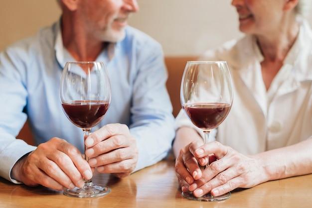 Close-up, par, com, óculos vinho vermelho