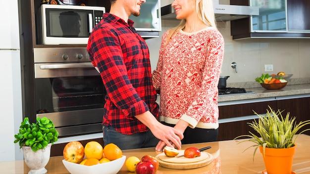 Close-up, par, ficar, cozinha, segurando, cada, outro.