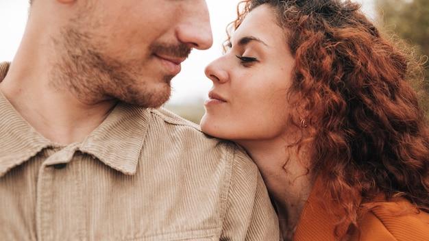 Close-up, par, olhando um ao outro