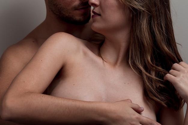 Close-up, pelado, par abraçando