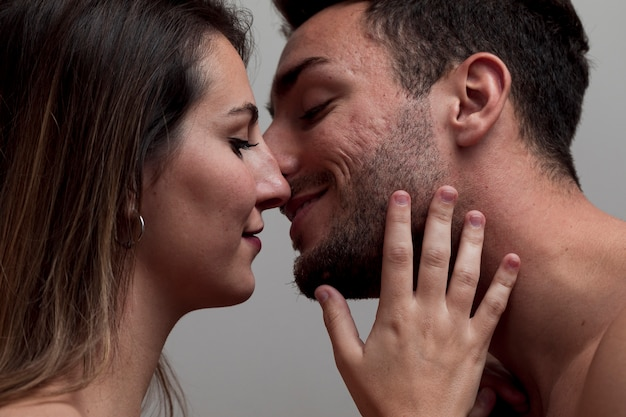 Close-up, pelado, par beijando