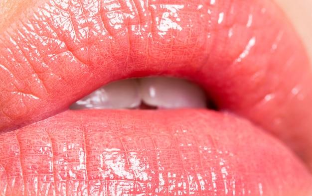 Close-up perfeito natural do lábio maquiagem linda boca feminina. lábios carnudos e sensuais. batom rosa. maquiagem labial natural perfeita