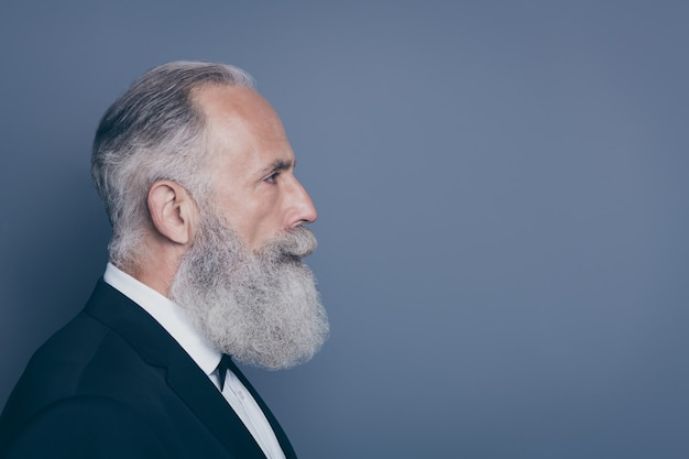 Close-up perfil vista lateral retrato dele ele agradável atraente conteúdo masculino viril bem tratado homem de cabelos grisalhos isolado sobre fundo cinza violeta roxo cor pastel