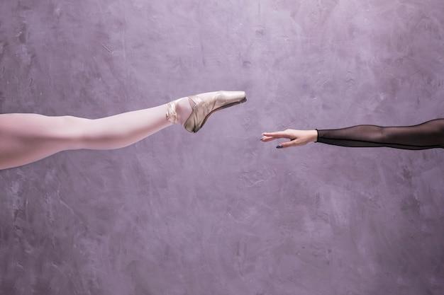 Close-up perna de bailarina e braço