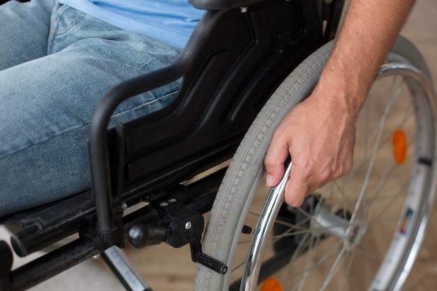 Close-up pessoa em cadeira de rodas