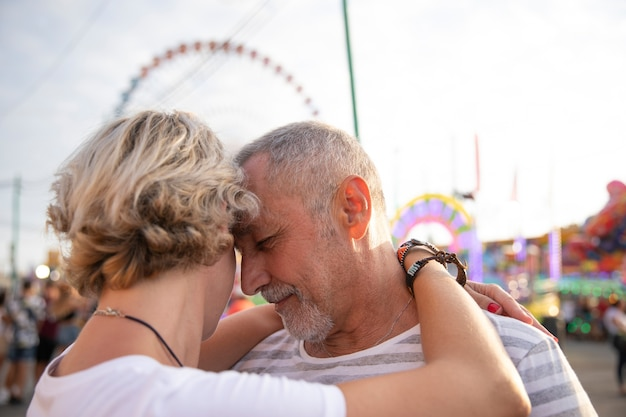 Close-up pessoas apaixonadas abraçando