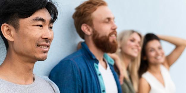 Close-up pessoas em pé perto da parede