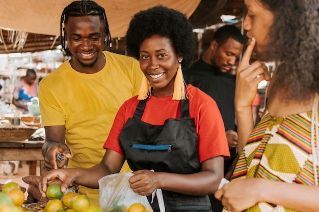 Close-up pessoas fazendo compras