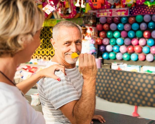 Close-up pessoas jogando dardos
