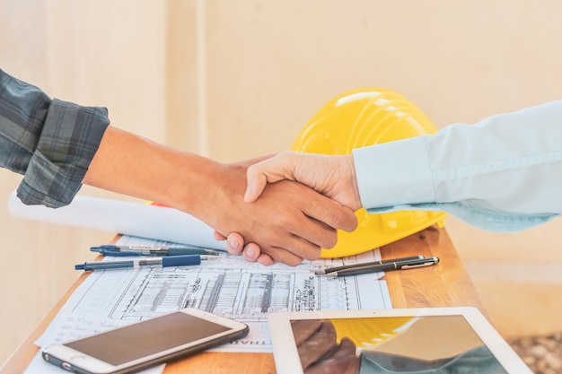 Close-up pessoas mãos tremem sucesso parceria de negócios, conceito de mão shake