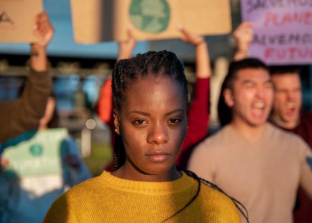 Close-up pessoas protestando juntas