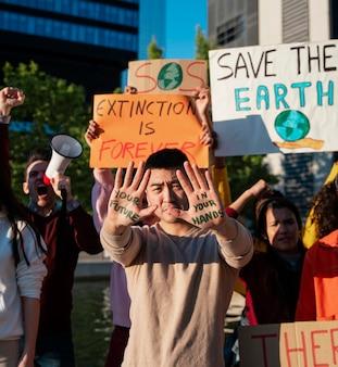 Close-up pessoas protestando