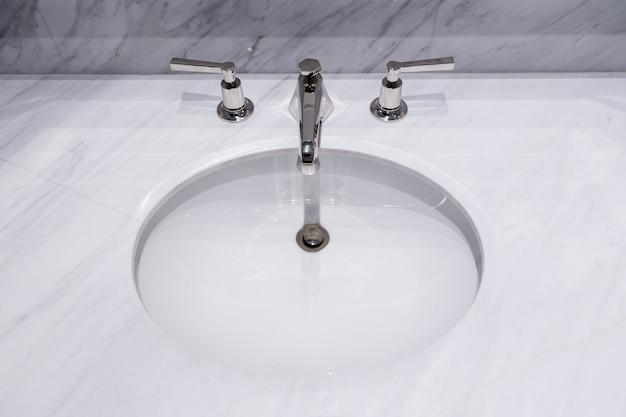 Close-up pia ou lavatório com balcão de mármore branco no interior wc de luxo