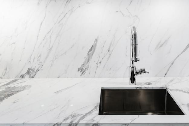 Close-up pia ou lavatório com mármore branco contador luxo cozinha interior fundo