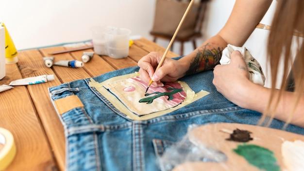 Close-up pintando à mão com pincel