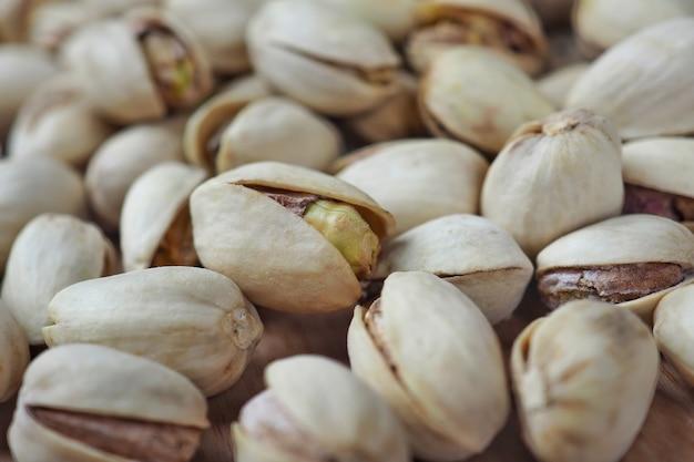 Close-up, pistache biológico na mesa de madeira