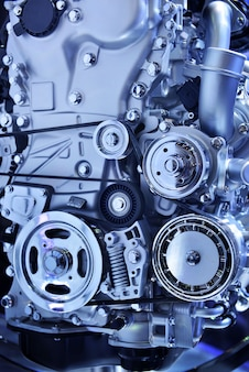 Close-up poderoso motor de um carro em tom azul