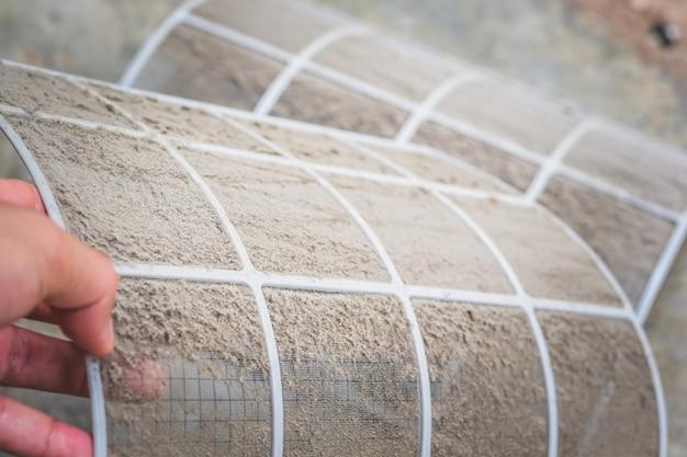 Close up poeira suja no filtro de ar condicionado