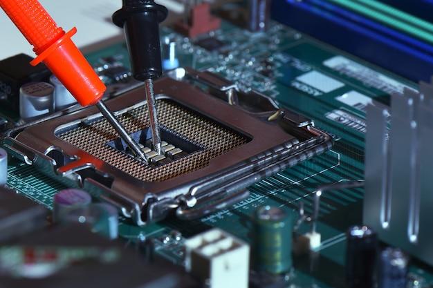 Close-up ponta de agulha ponta multímetro serviço de verificação
