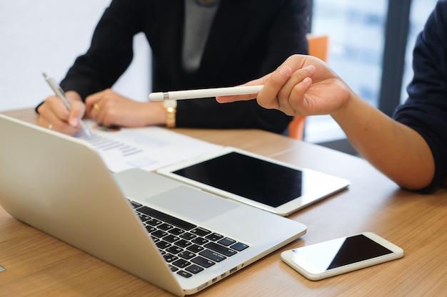 Close-up ponto de mão empresária no laptop para reunião