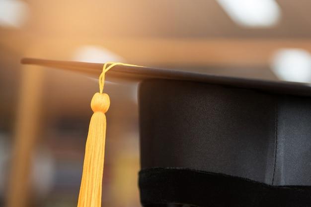Close-up preto boné graduado e borla amarela dourada
