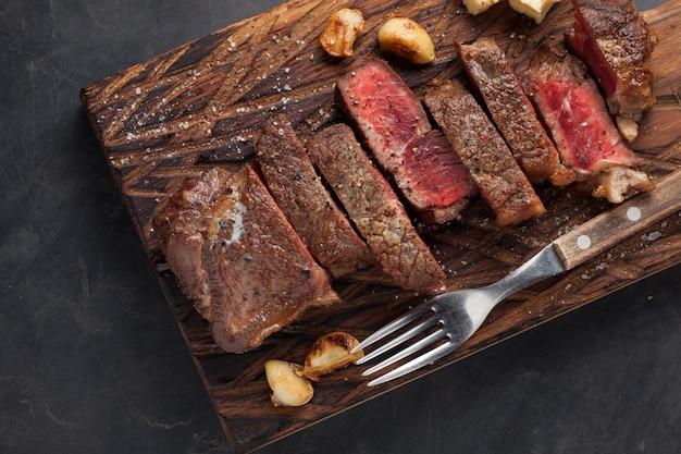 Close up pronto para comer o bife new york.