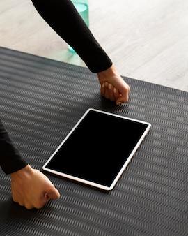 Close-up punhos em pé com tablet