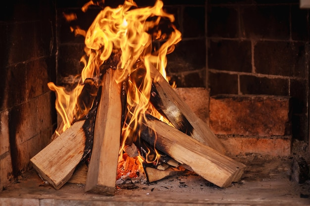 Close-up queimando lenha na lareira.